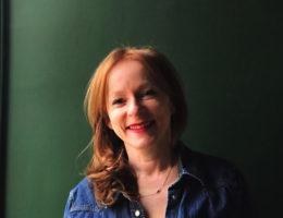 Anne , créatrice de la marque 23h59editions et de son carnet sensationnel.